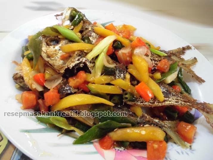 Cara memasak ikan kembung goreng dengan siraman bumbu iris dan mangga muda yaitu kreasi  RESEP IKAN KEMBUNG BUMBU IRIS MANGGA MUDA