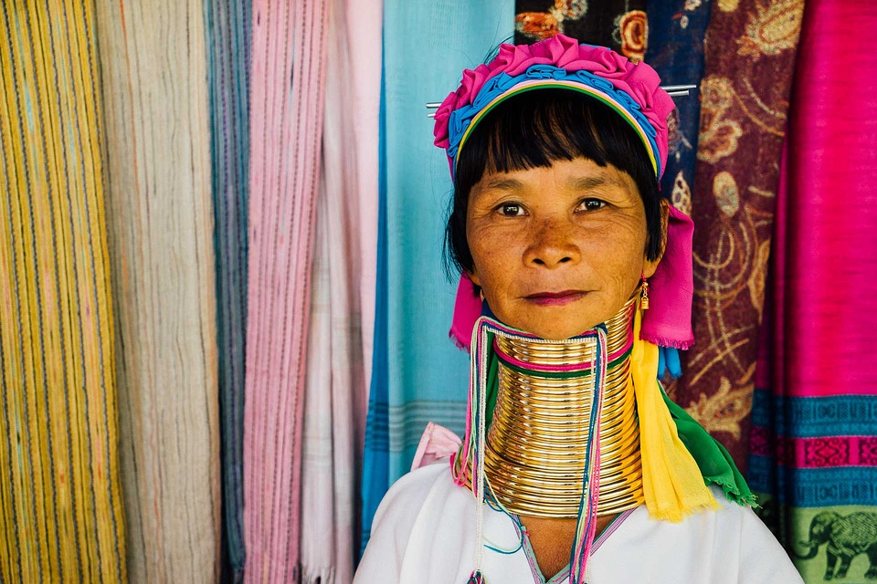 Enam Simbol Kecantikan Paling Aneh di Dunia Wanita Modern Pasti Jijik Melihatnya