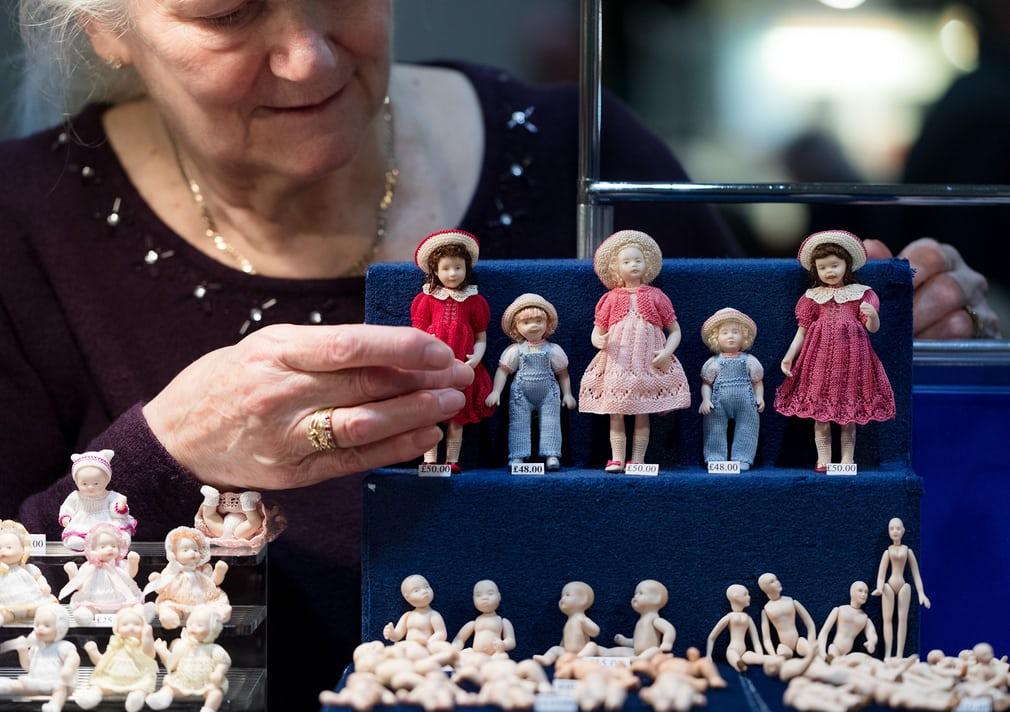 фігурки мініатюрних ляльок на фестивалі Dollshouse