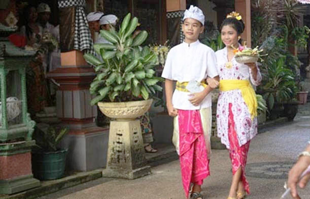 Pakaian Adat Dari Provinsi Bali (Pria dan Wanita)