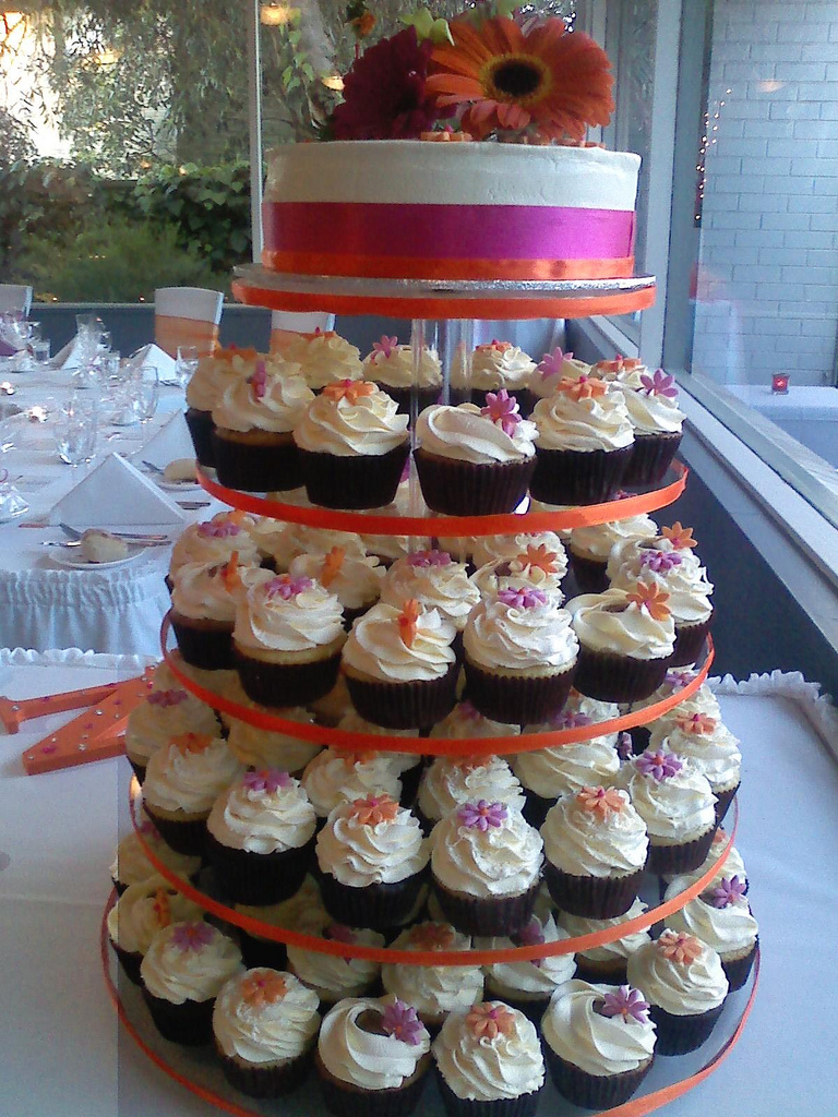 cupcakes as wedding cake have your dream wedding. Black Bedroom Furniture Sets. Home Design Ideas