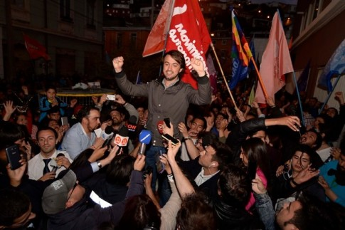 Domingo, 23 de outubro, foi dia de eleições municipais no Chile. A imprensa e os ativistas locais destacam três grandes fatos, nas análises preliminares dos resultados. Primeiro, os altíssimos índices de abstenção, reflexo da decantada crise de legitimidade do sistema político e dos partidos no país, reforçada por recentes escândalos envolvendo financiamento ilícito de campanhas. Segundo, a derrota da coalizão, supostamente de centro-esquerda, da presidente Michelle Bachelet, cujo governo tem se enredado cada vez mais em seus próprios limites e recuos com relação à agenda de reformas com que se elegeu.
