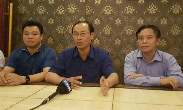 Thứ trưởng Thọ (giữa) tại buổi họp báo tối 13-10