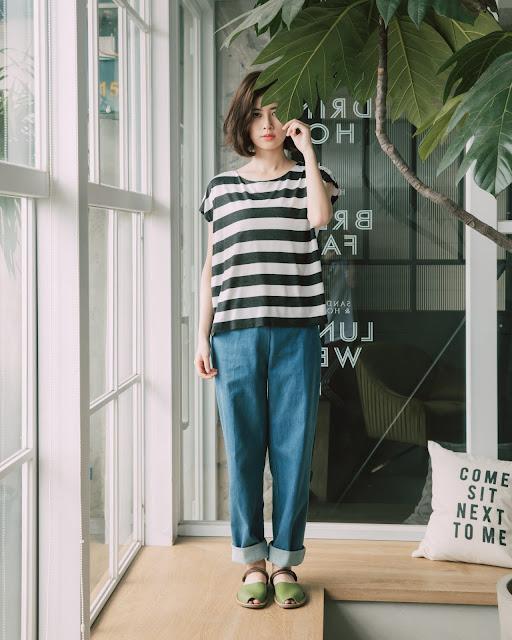 慕蓉穿著清晨的天氣預報拼接壓線丹寧褲