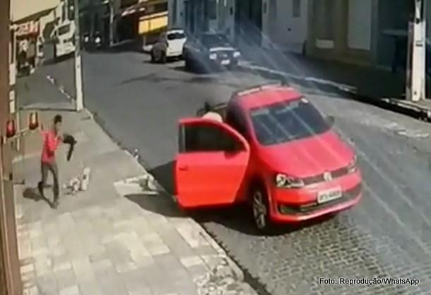Trio assalta lotérica vizinha a delegacia, troca tiros com polícia e deixa dinheiro cair em fuga; veja vídeo