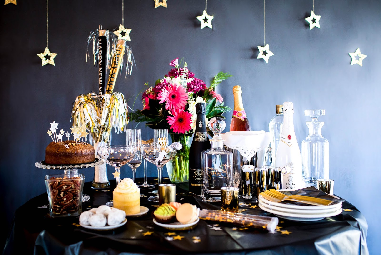 New Years Eve Party Ideas, New Years Eve Decorations, New Years Decor, New Years party supplies from swoozies, Swoozies NYE, NYE party, NYE outfits, cute new years outfit, sequin shorts, sequined highwaisted shorts, sequin maxi dress, sequined dress, feather fringe skirt, sequined short sleeve top, sequin top, new years eve tablescape, fashion bloggers, cute NYE party ideas, black and gold decor, NYE drinkware, new years cups, new years photoshoot, new years eve photoshoot, new years photography ideas
