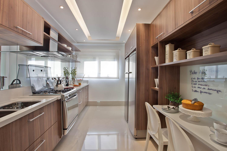 10 Cozinhas brancas e amadeiradas veja modelos lindos e dicas  #A66C25 1500 1000