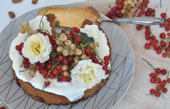 Sponge Cake with red currants, Greek yoghurt and tinka bean - the taste of summer in one cake