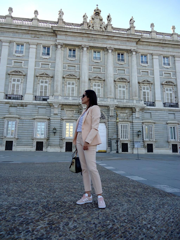 outfit-con-traje-y-gazelle-street-style