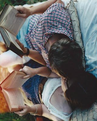 pose en pareja leyendo