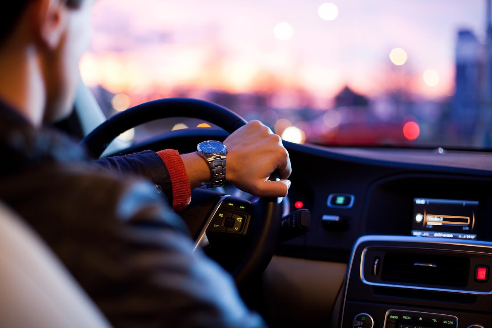 Dlaczego kierowcy przyśpieszają na szerokich drogach
