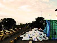 Sopir Ngantuk, Mobil Truk Bermuatan Beras Asal Sidrap Terbalik Di Jembatan Pangkajene