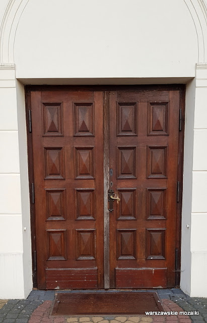 Warszawa Warsaw Bielany kościół pw. św. Marii Magdaleny na Bielanach Wólczyńska architektura drzwi