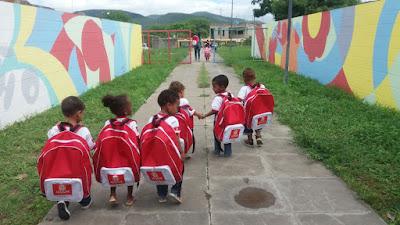 Prefeitura de Jequié entrega Canguru Baby, ops, Mochilas Gigantes para crianças de creches
