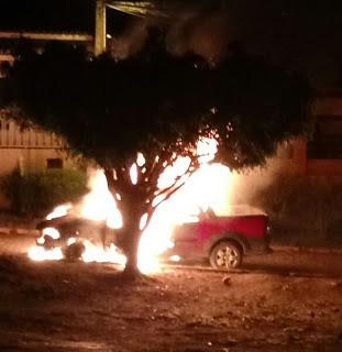 Veículo fiat strada e destruído pelo fogo em Jacobina