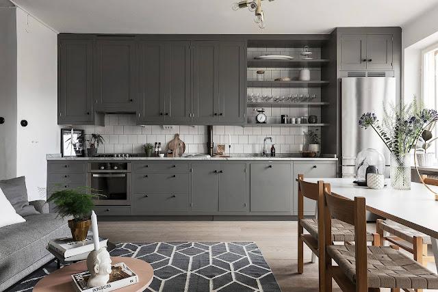 Bucătărie în living într-o mansardă pe două niveluri din Suedia
