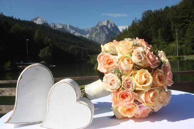 Brautstrauß Rosenkugel, Peach & Pastell, Pfirsich, Rosa und Pastell, Sommerhochzeit im Riessersee Hotel Garmisch-Partenkirchen, Bayern, Wedding in Bavaria, Germany, lake side summer wedding