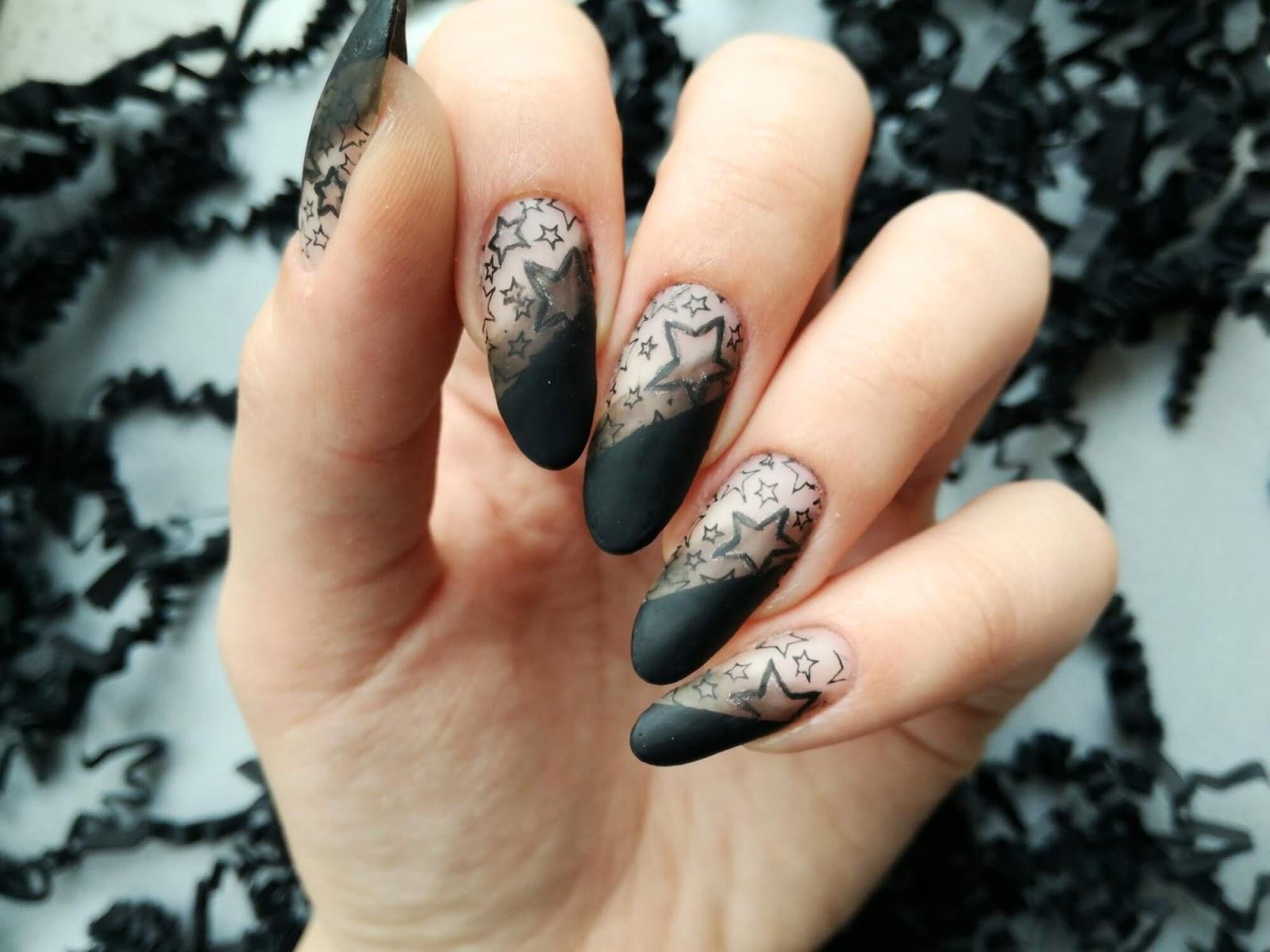 czarne paznokcie w gwiazdki