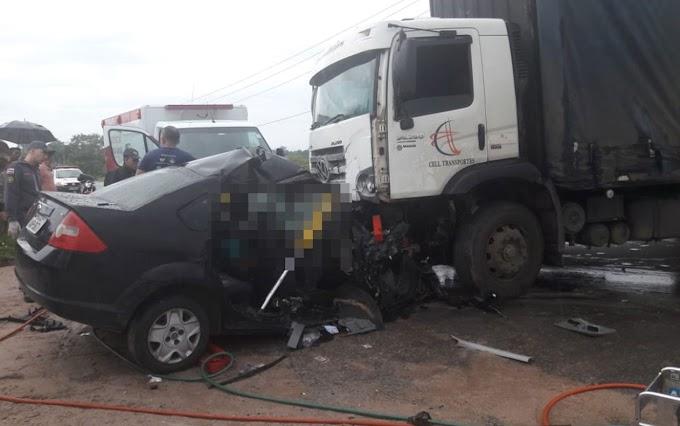 Carro e caminhão-baú batem de frente e motorista morre em Dias D'avila
