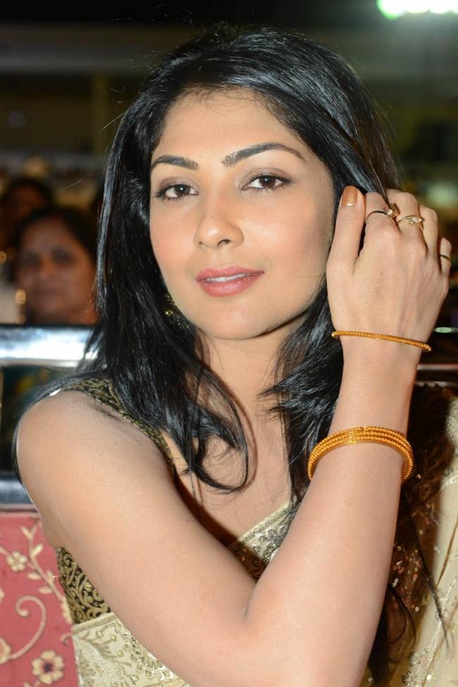 Kamalini look sexy in saree
