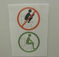 Recomendaciones para el uso de baños publicos - No poner los pies encima de la taza del baño - LatinFail