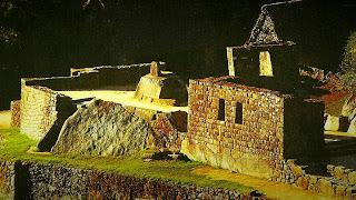 Intihuatana de Machu Picchu e Construções do Entorno