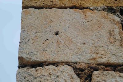 Rellotge de Sol de l'ermita de la Mare de Déu del Castell. Sant Llorenç de Montgai. Camarasa, La Noguera. Foto: Els Rellotges de Sol de El Sol De L'Era (http://elsoldelera.blogspot.com.es/)