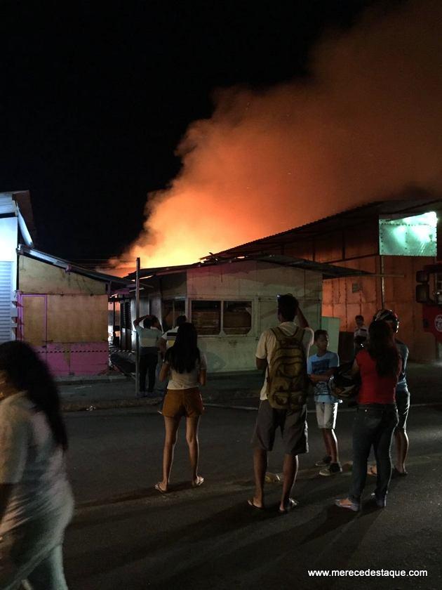 Incêndio atinge a Feira da Sulanca de Caruaru na noite desta terça