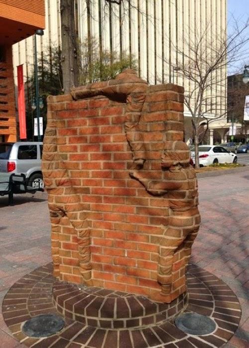 Brad Spencer termasuk dalam salah satu dari sangat sedikit seniman di  dunia yang mencipta Seni Patung Kreatif yang Tersusun dari Batubata