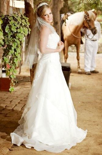 Foto de Alejandra Baigorria con vestido blanco