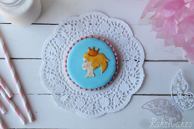 http://www.rakelcakes.com/galleta-de-princesa-decorada-con-glasa/