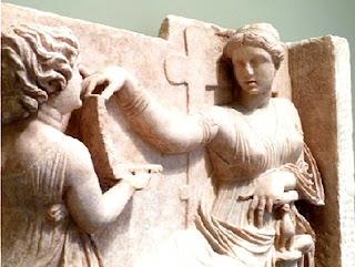 """تمثال خادمة إغريقية صغيرة تحمل """"لابتوب"""""""