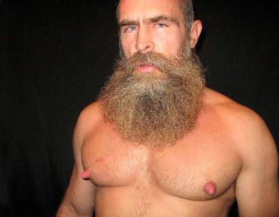 Bodybuilder lustige Bilder Mann mit komischer Brust