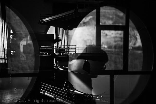 Melara, finestra rotonda, donna riflessa
