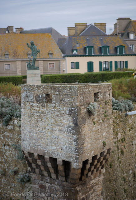 Guérite-latrine. Cavalier des Champs-Vauvert (Saint-Malo)