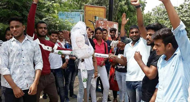 Youth augmented the Chief Minister's effigy, BJP government doing cheating on increasing seats