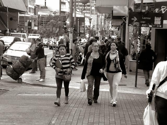 Mujeres caminando por Once