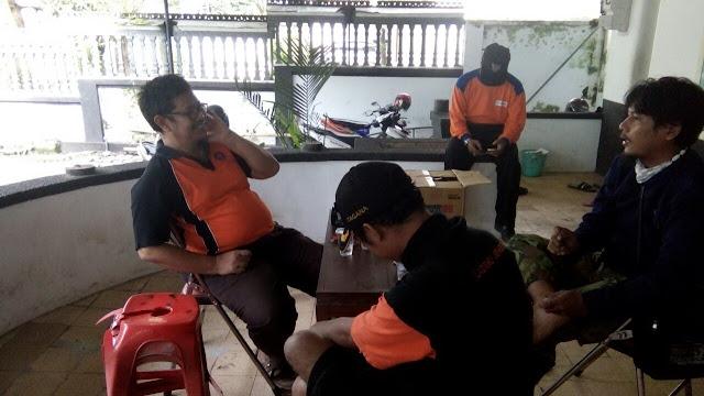 Ketua Majlis Lingkungan Hidup, Ir. Andaka Pratama (berkacamata) berkoordinasi dengan para relawan