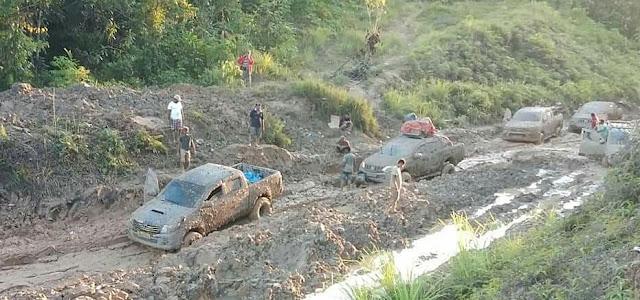 Potret Jalan Lumpur Trans Papua Barat