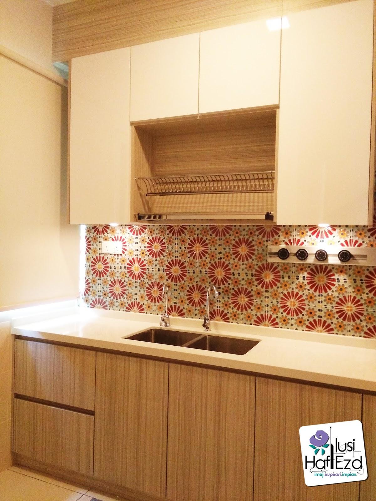 Walaupun Ruang Dapur Ini Kecil Namun Rekaannya Masih Nampak Elegan Dan Menarik Disebabkan Pembuatan Kabinetnya Kemas Teliti Betul Tak