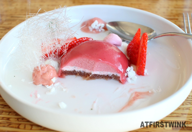 Restaurantweek Allure in Rotterdam strawberry rubarb dessert meringue inside