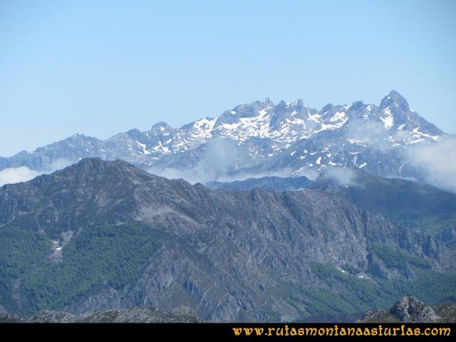 Ruta Les Rapaines, Lago Ubales, Cascayón: Vista del macizo occidental de Picos de Europa desde Les Rapaínes
