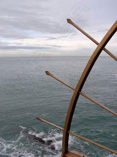 Detalle flechas y mar, San Sebastián