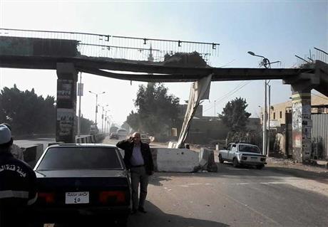 رئيس ميت غمر يزيل كوبري مشاة على الطريق السريع حفاظًا على حياة المواطنين