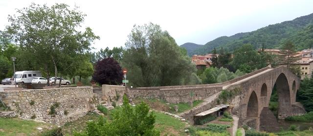 L'àrea d'autocaravanes i el Pont Vell de Sant Joan de les Abadesses