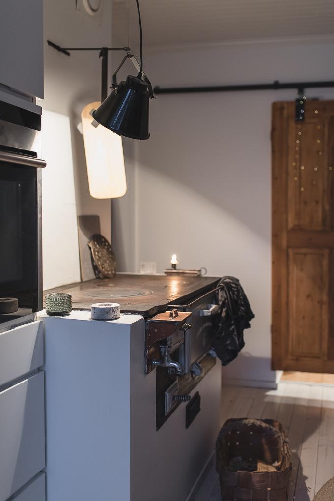 puuliesi, valkoinen keittiö, vanha puuliesi uusi talo, moderni keittiö