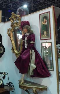 Detalle de muñeca boudoir en stand de desembalaje