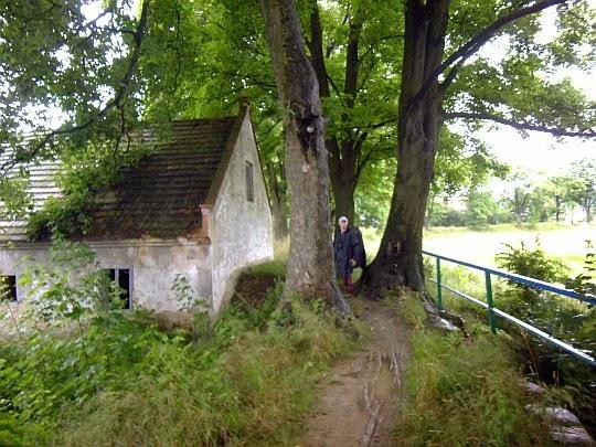 Pierwszy budynek przy szlaku wsi Lisie Katy.