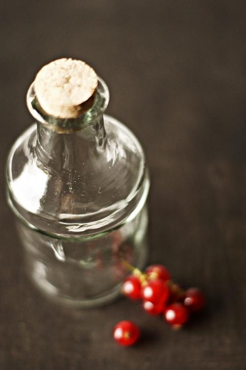 Johannisbeeren und eine Glasflasche { by it's me! }
