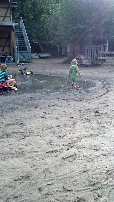 Große Pfütze, in der Kinder spielen - auf dem Kinderbauernhof Pinke Panke